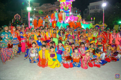 His Divine Holiness Acharya Swamishree blesses disciples who took part in the raas and devotional dance competition