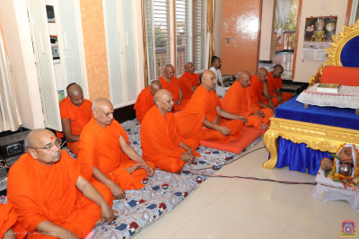 Sants and all disciples perform dhyan