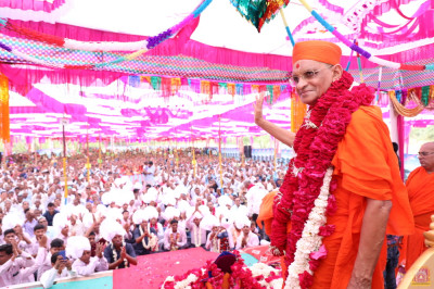 Acharya Swamishree Maharaj gives His divine blessings
