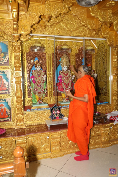 His Holiness Acharya Swamishree performs the anniversary poojan ceremony