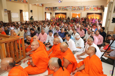 Sants and hundreds of disciples fill the mandir