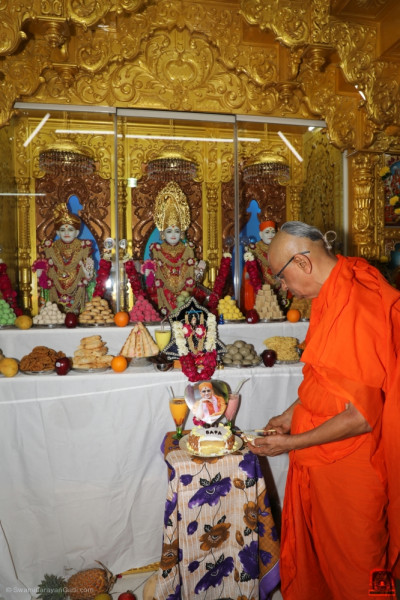 His Divine Holiness Acharya Swamishree cuts the anniversary cake