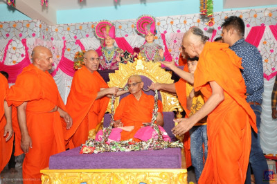 Sants and disciples present a huge garland to His Divine Holiness Acharya Swamishree