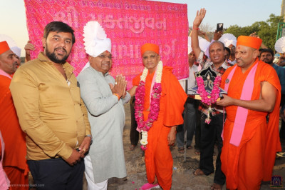 His Divine Holiness Acharya Swamishree arrives