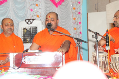 Sants perform devotional songs