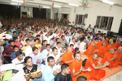 Sants and hundreds of disciples enjoy the occasion
