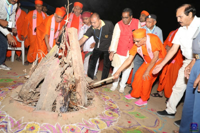 His Divine Holiness Acharya Swamishree, sants, disciples and organisers take part in the ceremony
