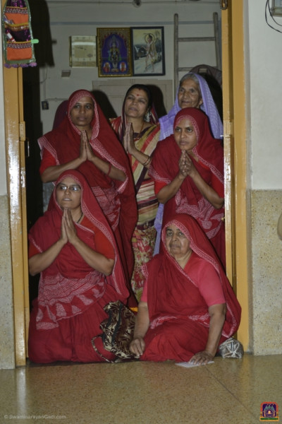 Sankhya Yogi ladies perform darshan