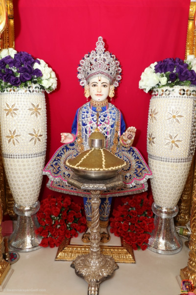 Divine darshan of Lord Shree Swaminarayan dining on the traditional Panjuri sweet