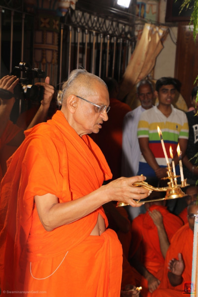 His Divine Holiness Acharya Swamishree performs aarti