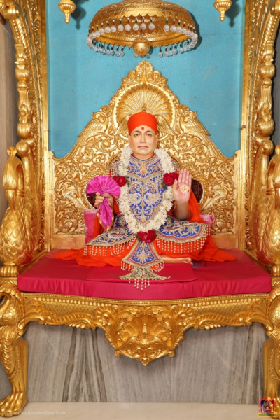 Divine darshan of Jeevanpran Shree Muktajeevan Swamibapa seated on Shree Swaminarayan Gadi