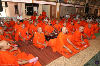 His Divine Holiness Acharya Swamishree, sants and disciples listen to the divine blessings of Jeevanpran Shree Muktajeevan Swamibapa