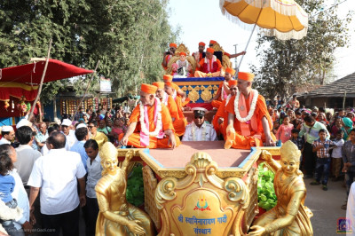 Acharya Swamishree Maharaj gives darshan to onlookers