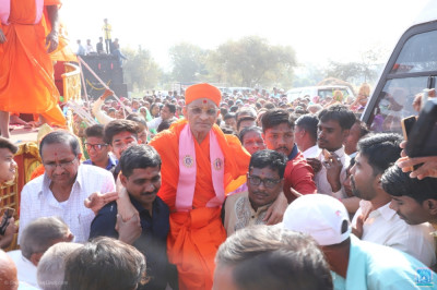 Disciples carry Acharya Swamishree Maharaj into the sabha mandap