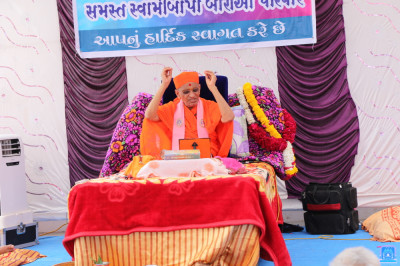 Acharya Swamishree Maharaj gives His divine ashirwad in Vaghjipur, Panchmahal
