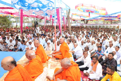 Sants and disciples listen to Acharya Swamishree Maharaj's ashirwad