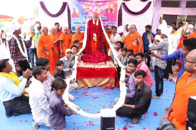 Disciples put another garland on Acharya Swamishree Maharaj