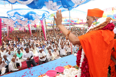 Acharya Swamishree Maharaj showers His divine blessings
