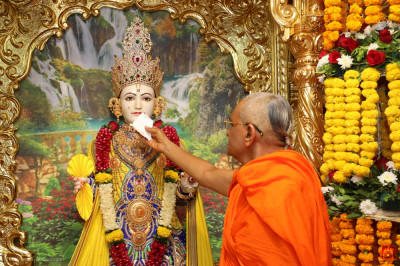 His Divine Holiness Acharya Swamishree Maharaj offers cake to Lord Shree Swaminarayan