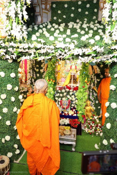 His Divine Holiness Acharya Swamishree Maharaj performs aarti
