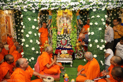 Disciples perform darshan of the Lord
