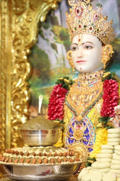 Divine darshan of Lord Shree Swaminarayan dining on the delicious evening meal