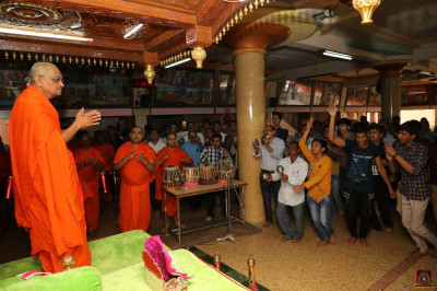 His Divine Holiness Acharya Swamishree Maharaj, sants, and disciples perform dhoon