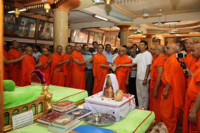 His Divine Holiness Acharya Swamishree Maharaj, sants, and disciples perform aarti