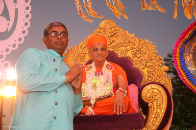 His Divine Holiness Acharya Swamishree Maharaj blesses disciples who have sponsored the celebrations