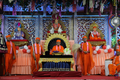 Divine darshan of His Divine Holiness Acharya Swamishree Maharaj and sants on stage