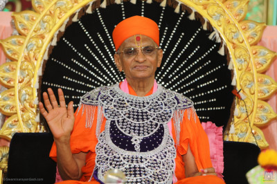 Divine darshan of Acharya Swamishree Maharaj blessing all