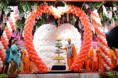 Divine darshan of Acharya Swamishree Maharaj and the grand sweet stand