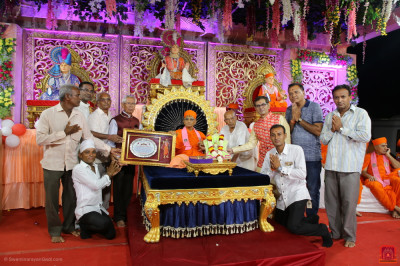 Disciples present a special plaque to His Divine Holiness Acharya Swamishree Maharaj