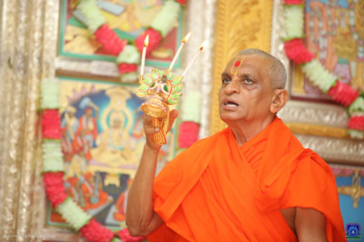 His Divine Holiness Acharya Swamishee Maharaj performs aarti