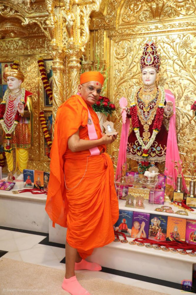 Divine darshan of His Divine Holiness Acharya Swamishree Maharaj with the memento of Shree Ghanshyam Maharaj Amrut Mahotsav celebrations