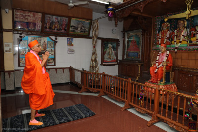 Acharya Swamishree Maharaj arrives at Suvarna Tula Smarak Bhavan, Shree Swaminarayan Tower and performs darshan of the Lord and Jeevanpran Shree Muktajeevan Swamibapa seated on the Tula