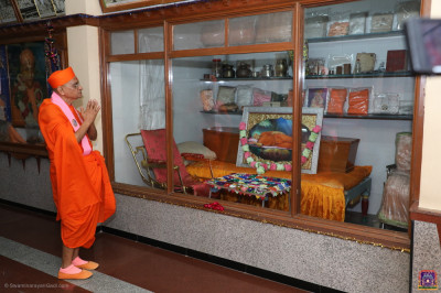 Acharya Swamishree Maharaj performs darshan of Jeevanpran Shree Muktajeevan Swamibapa and His divine artefacts at Suvarna Tula Smarak Bhavan, Shree Swaminarayan Tower