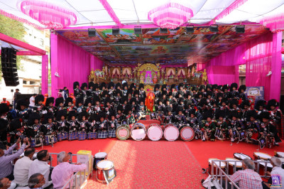 His Divine Holiness Acharya Swamishree Maharaj blesses all members of Shree Muktajeevan Swamibapa Pipe Band Maninagar, London, Bolton, Nairobi and New Jersey