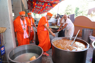 His Divine Holiness Acharya Swamishree Maharaj consecrates the afternoon lunch items
