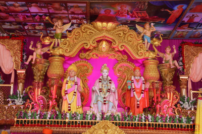 Divine darshan of Lord Shree Swaminarayan, Jeevanpran Shree Abji Bapashree and Jeevanpran Shree Muktajeevan Swamibapa on the grand stage