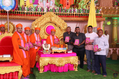 His Divine Holiness Acharya Swamishree Maharaj blesses sants and disciples who have helped and sponsored the new publication Sarvopari Shree Swaminarayan Bhagwan part 4