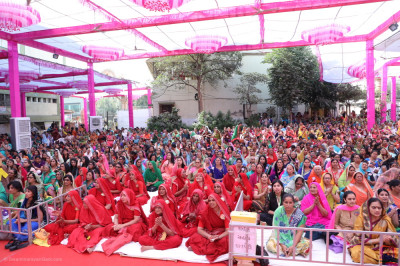 Sankhya Yogi ladies and thousands of disciples from around the world enjoy the celebrations