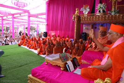 His Divine Holiness Acharya Swamishree Maharaj introduces the honoured guest Swamishree Hariprasadji Maharaj of the Haridham Sokhda Akshar Purushottam Sansthan