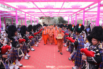 Shree Muktajeevan Swamiba Pipe Band Maninagar perform welcoming the honoured guests of the day, Swamishree Hariprasadji Maharaj of the Haridham Sokhda Akshar Purushottam Sansthan escorted by sants