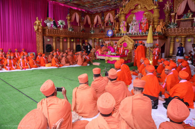 His Divine Holiness Acharya Swamishree Maharaj introduces the honoured guest of the day Shree Hariprasdji Maharaj