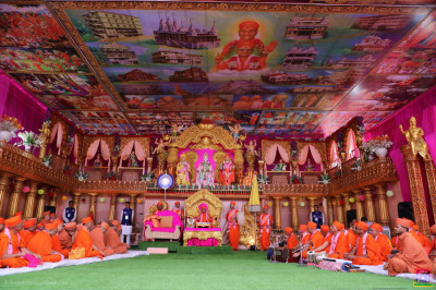 Divine darshan of the grand stage with beautiful intricately crafted golden pillars and magnificent ceiling artwork depicting the entire history of the Naad Vansh Guruparampara