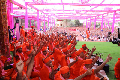 His Divine Holiness Acharya Swamishree Maharaj concludes His divine blessings