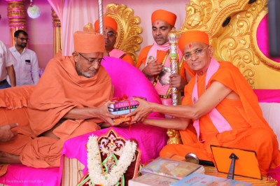 His Divine Holiness Acharya Swamishree Maharaj presents the five new publications inaugurated earlier today to Shree Hariprasdji Maharaj