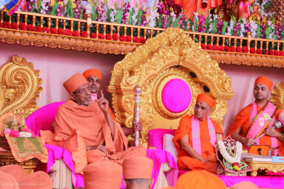 Shree Hariprasdji Maharaj addresses all and expresses his fortune being able to attend the start of this grand five day festival