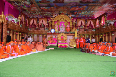 Divine darshan of His Divine Holiness Acharya Swamishree Maharaj, Swamishree Hariprasadji Maharaj of the Haridham Sokhda Akshar Purushottam Sanstha and sants seated on grand stage